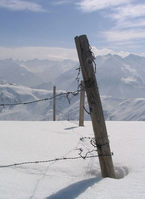 Schnee hinter Stacheldraht