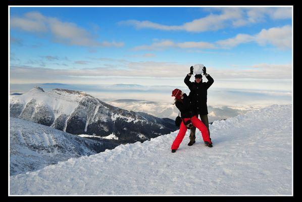 Schneeballschlacht auf dem Berg