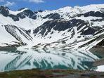 Schneeberge spiegeln sich im Wasser