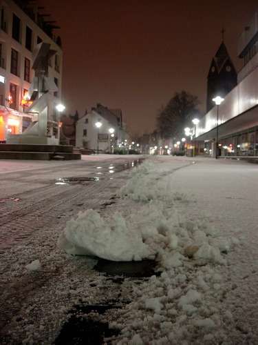 Schneefall - in Langenfeld türmte sich die weiße Pracht nach dem Schneeräumer
