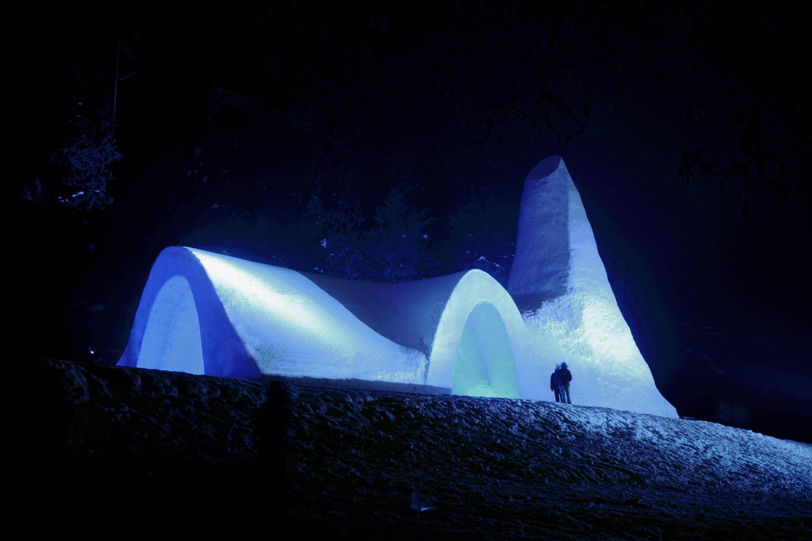 Schneekirche bei Nacht