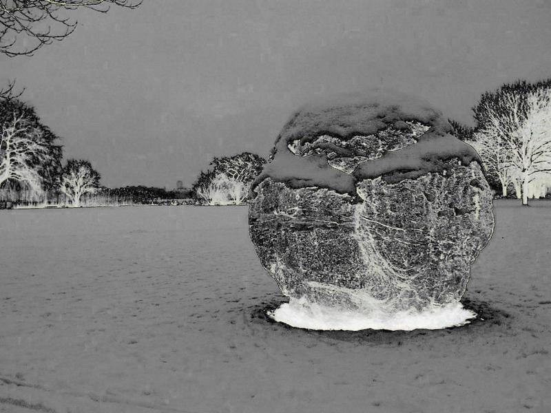 Schneelandschaft mit Felsblock