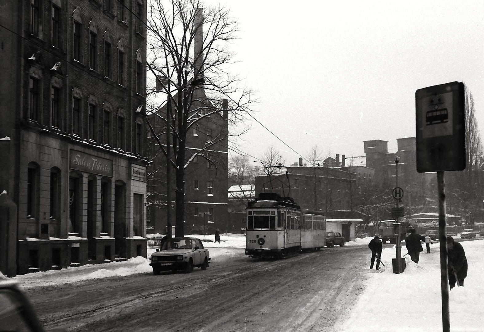 Schneeräumeinsatz an der Haltestelle
