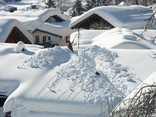 Schneeschieben auf dem Dach
