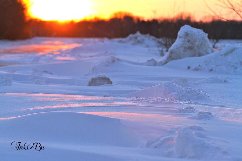 Schneeverwehungen im Abendlicht