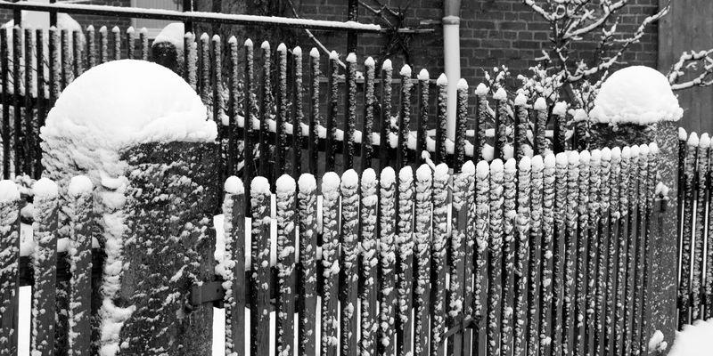 -Schneewehe am Staketenzaun...