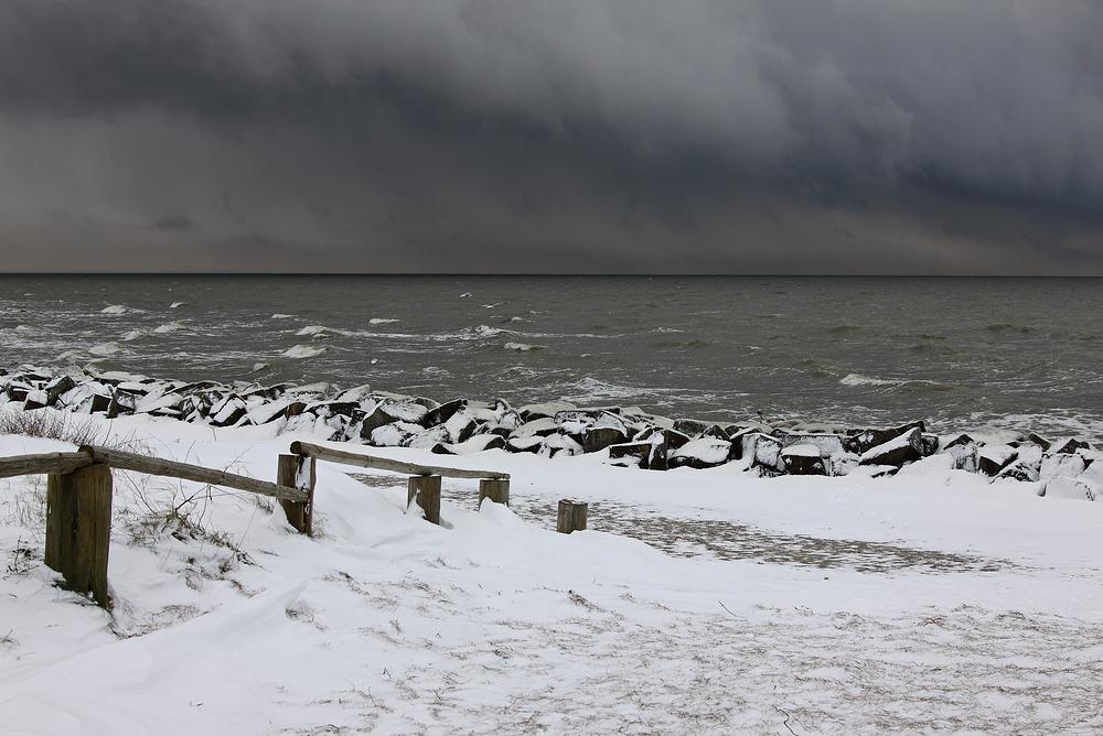 Schneewolken über dem Meer
