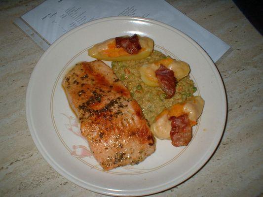 Schneller Lachs auf Erbsensauce mit Kartoffelschiffchen
