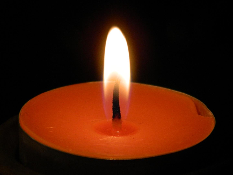Schöne gestochene Nahaufnahme einer Kerze