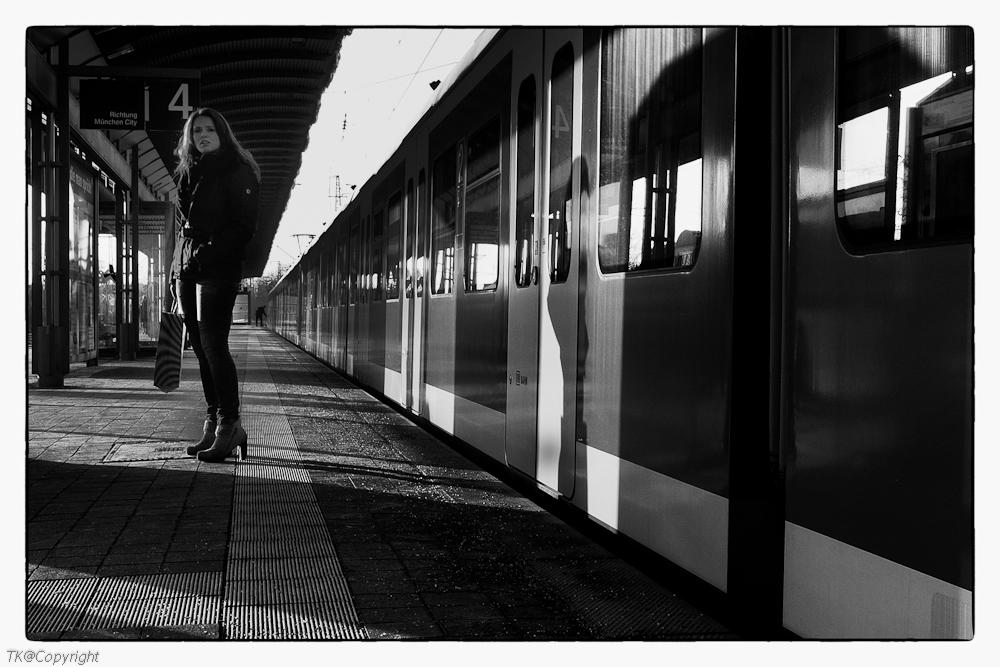 Schöne Unbekannte am Bahnsteig