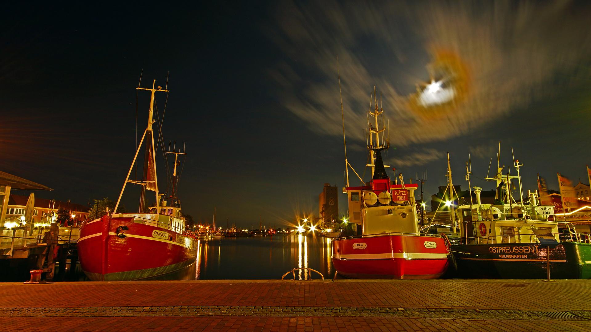 Schöner alter Hafen bei Nacht