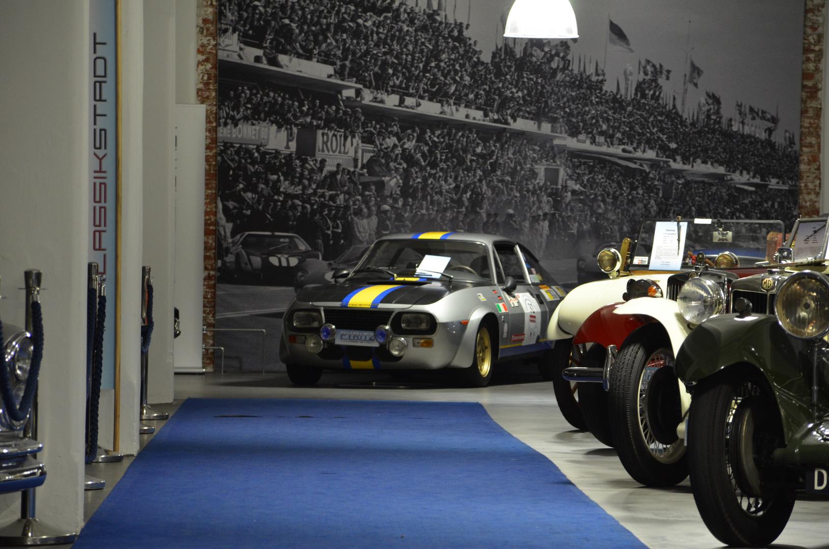 Schöner alter Rennwagen vor Zuschauer Kulisse.