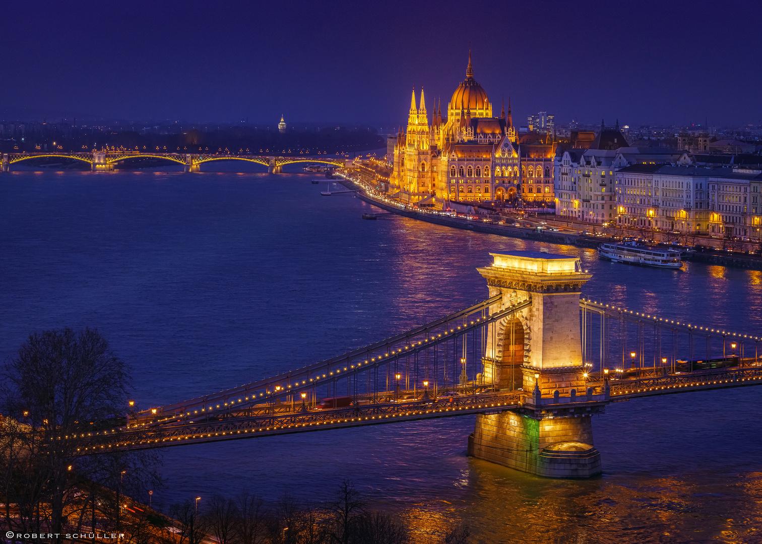 Schöner Blick über Kettenbrücke und Parlament in Budapest