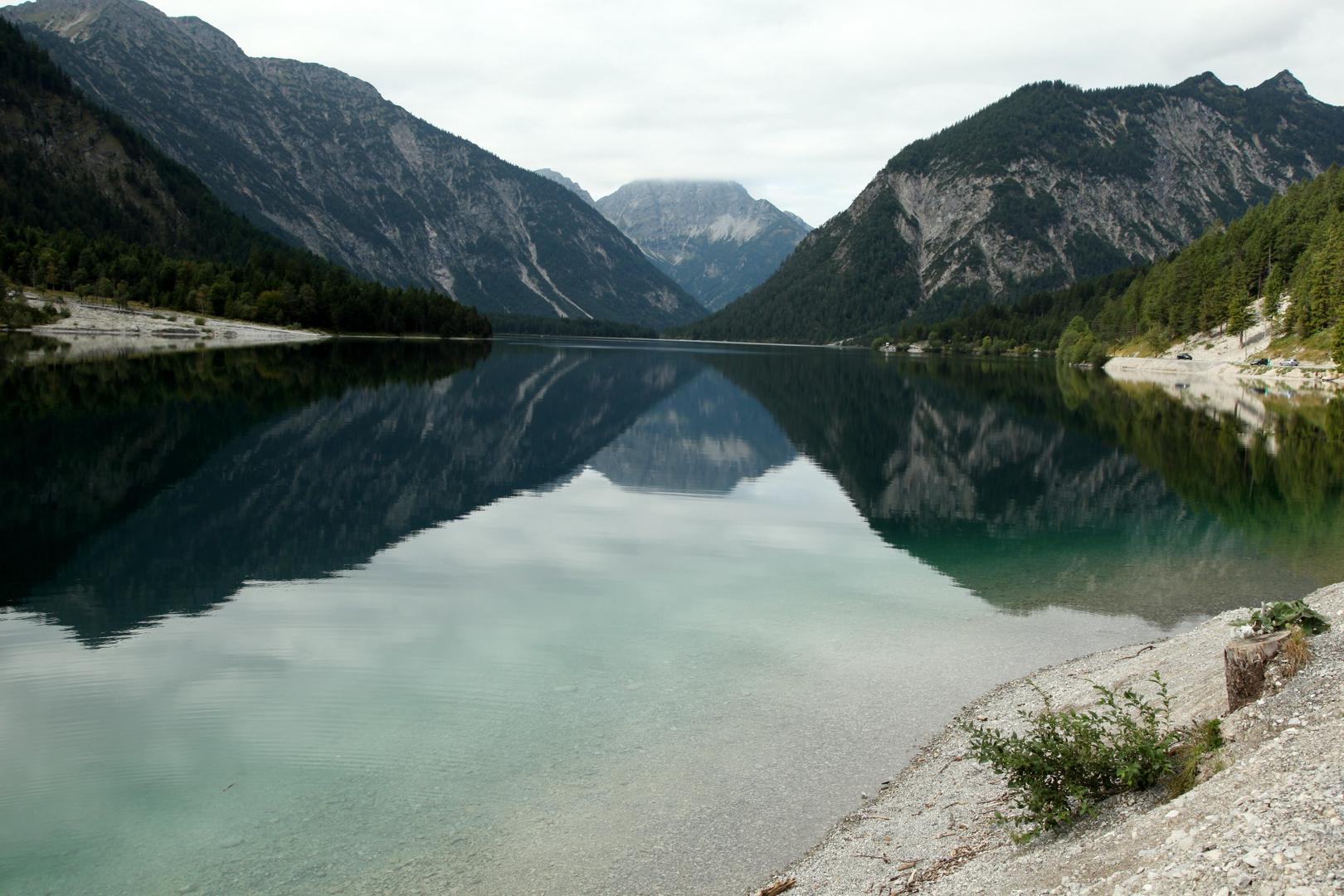 schöner See am Alpenrand