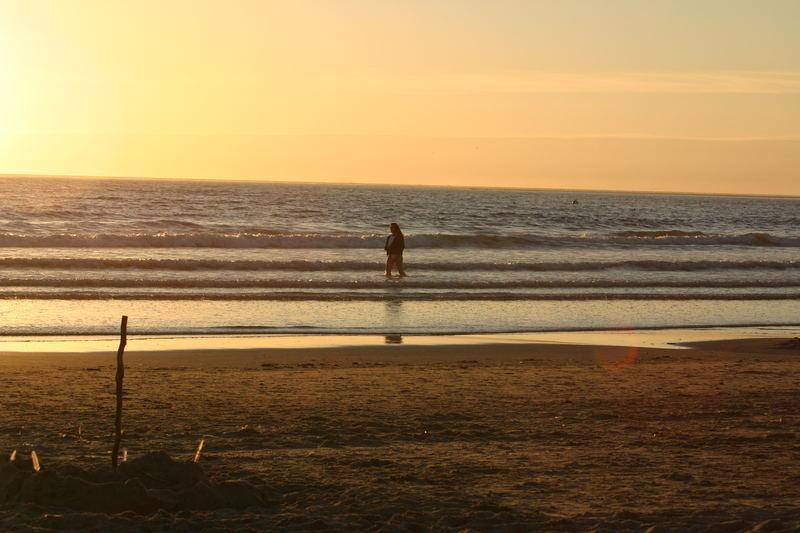schöner Sommerabend auf Borkum am Strand beim Sonnenuntergang