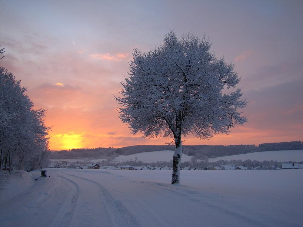 schöner winterlicher Sonnenaufgang
