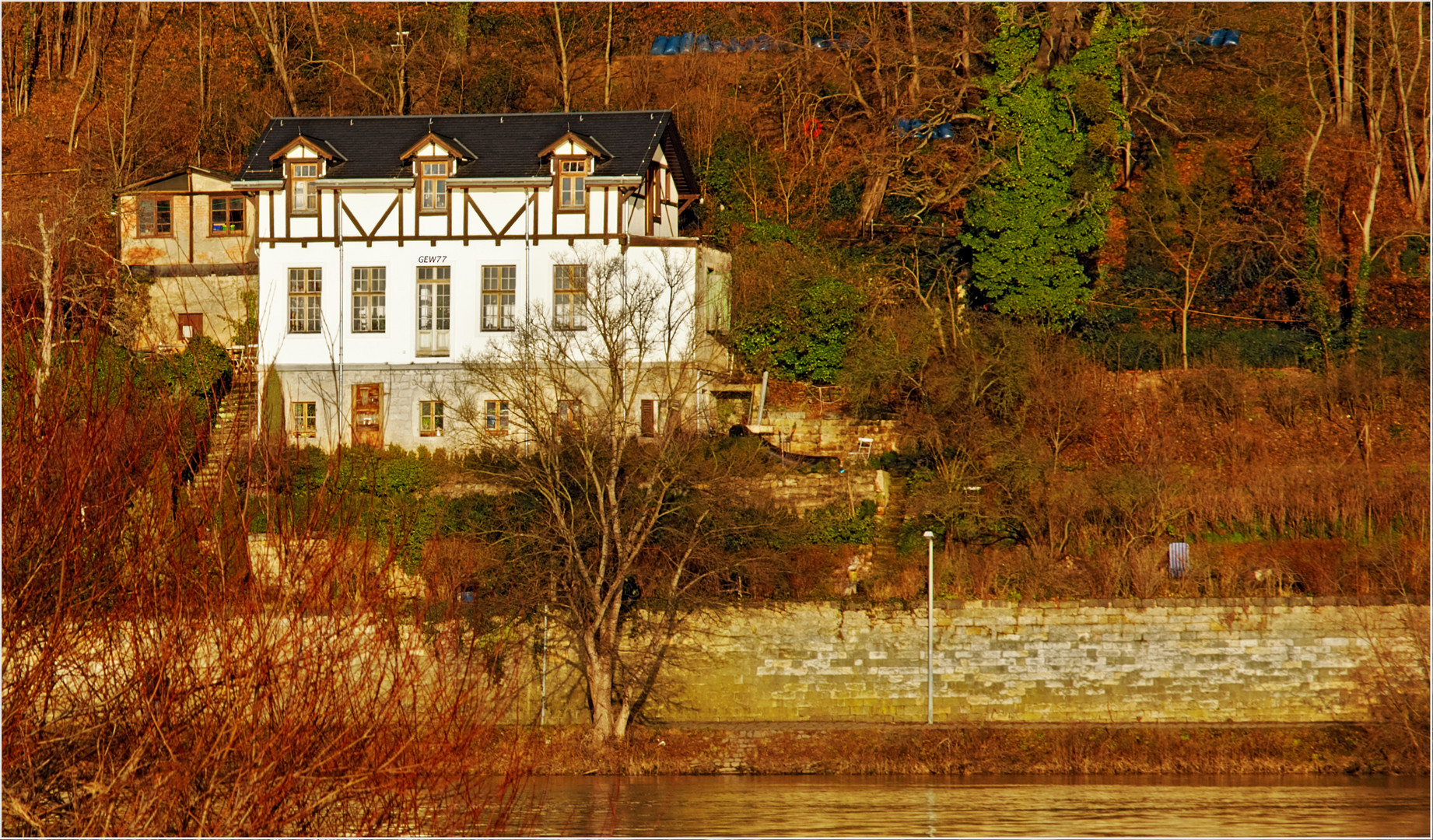 Schönes altes Haus am Fluss