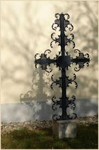 Schönes schattenwerfendes kreuz das an der mauer einer kirche steht