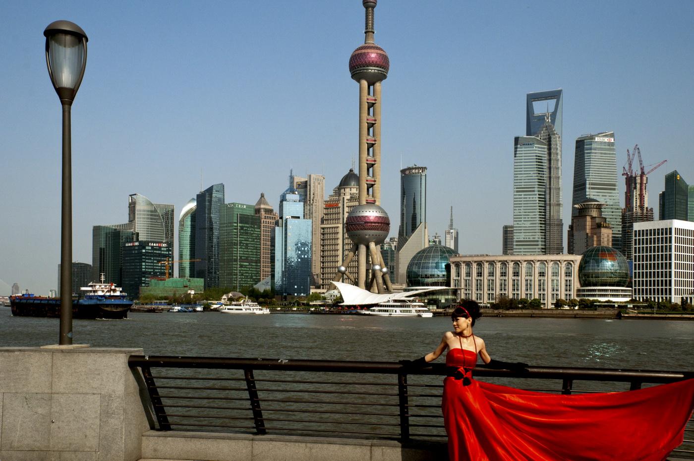 Schönheit vor der Skyline von Shanghai 2012