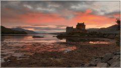 Schottland: die Burg Eilean Donan im Sonnenuntergang
