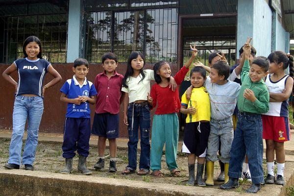 Schüler einer Schule im Regenwald