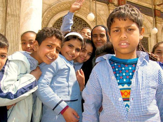 Schüler und Lehrerin in Kairo vor der Muhammed Ali Moschee