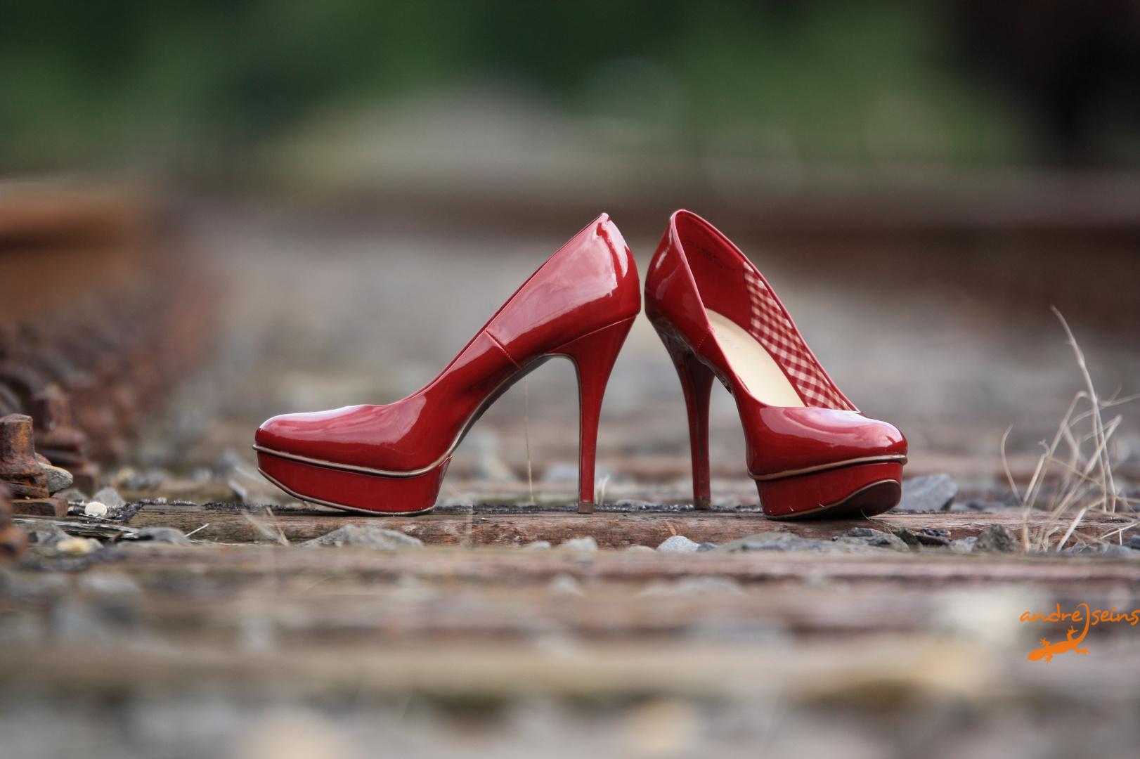 Schuhe im Bahngleis