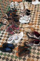 Schuhe vor der Moschee