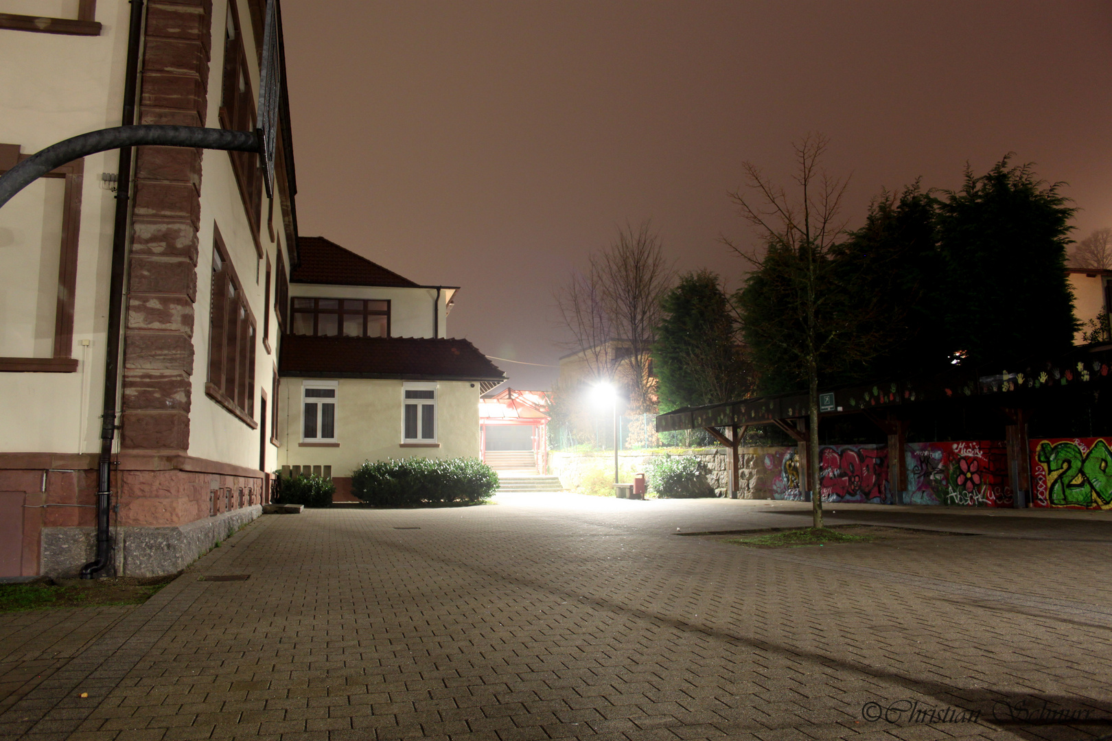 Schule bei Nacht