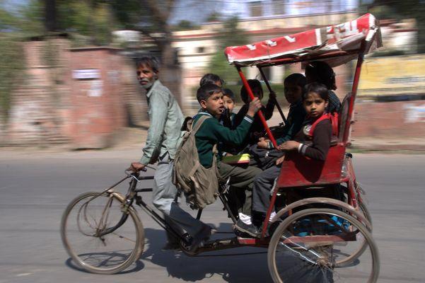 Schule ist aus - mit der Rikscha geht´s nach Haus
