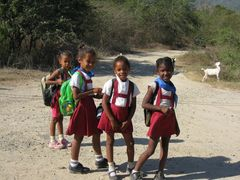 Schulkinder auf dem Weg nach Hause bei Santiago de Cuba