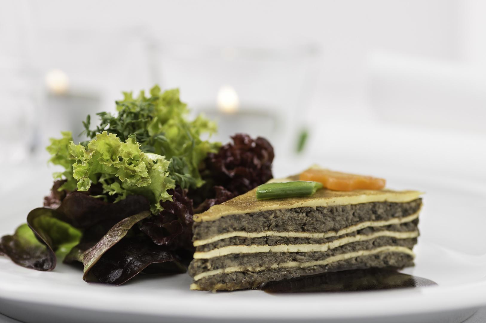 Schwammerltorte mit Portweinsoße und Salatstrauß