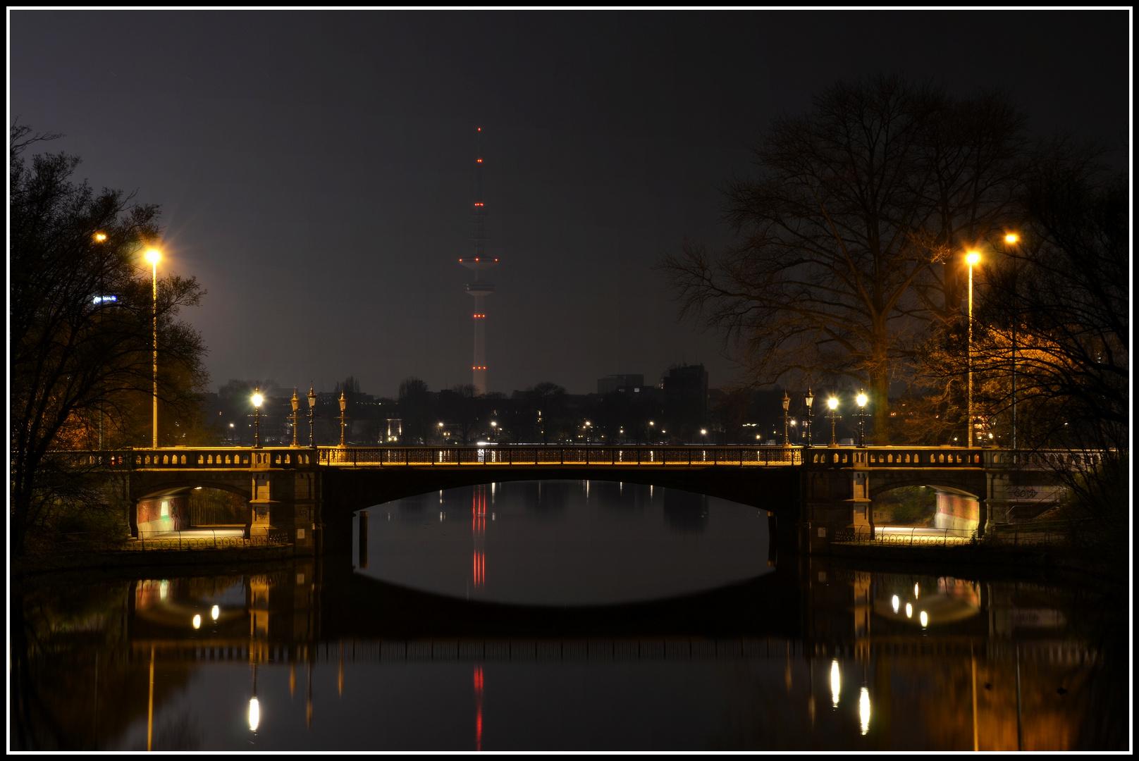 Schwanenwikbrücke bei Nacht mit Blick auf den Heinrich-Hertz-Turm