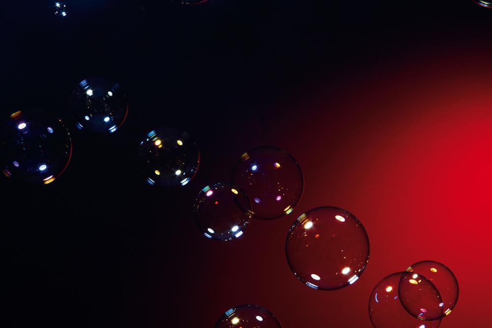 schwarz-rote Seifenblasen