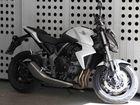 Schwarz und Weiß auf heissen Rädern