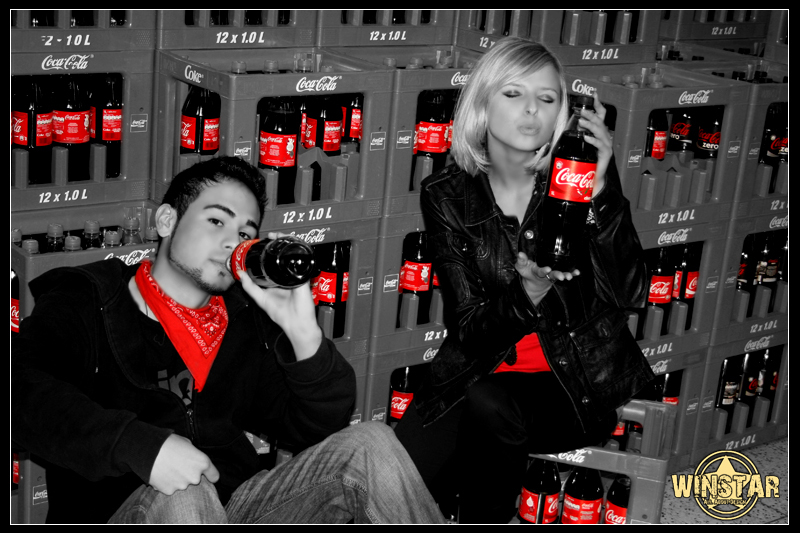 schwarz wei rot coca cola 2 foto bild streetfotografie street spontane portraits. Black Bedroom Furniture Sets. Home Design Ideas