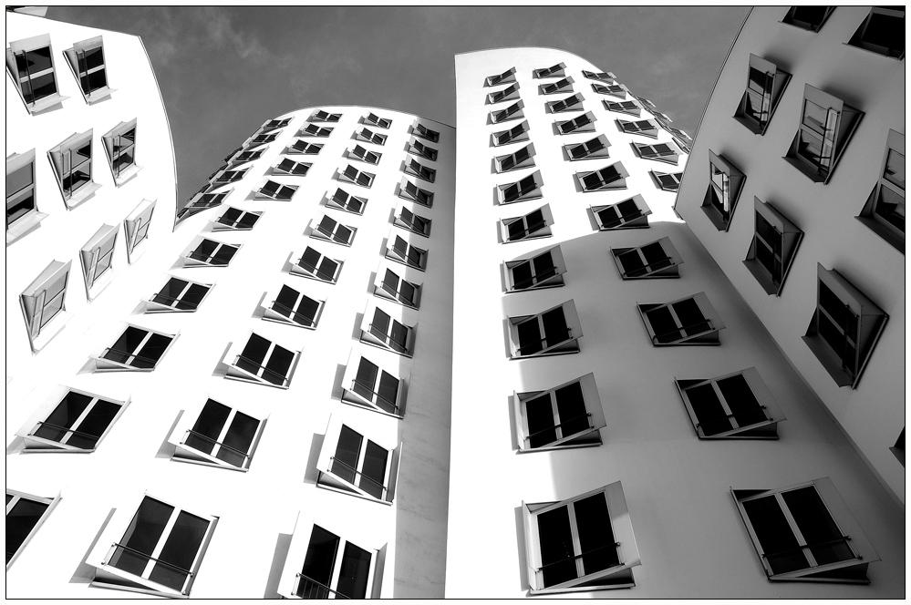 Schwarze Fenster auf weißem Grund