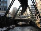 Schwebebahn in Wuppertal über der Wupper