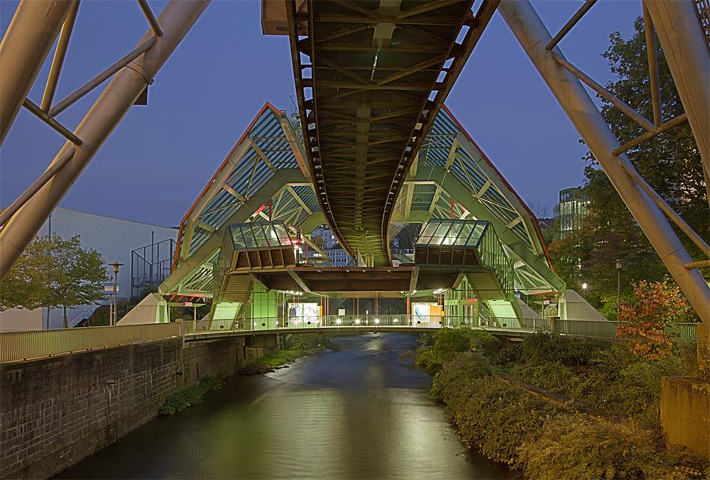 Schwebebahnhof Kluse von der Brücke der B7 aus gesehen