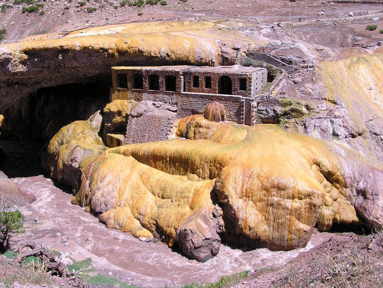 Schwefelhaltige Quellen in Puente del Inca (Argentinien)