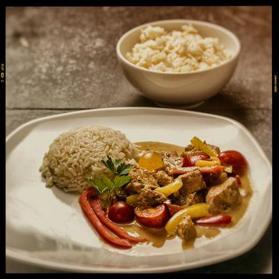 Schweinegulasch mit Paprika und Kirschtomaten und Reis