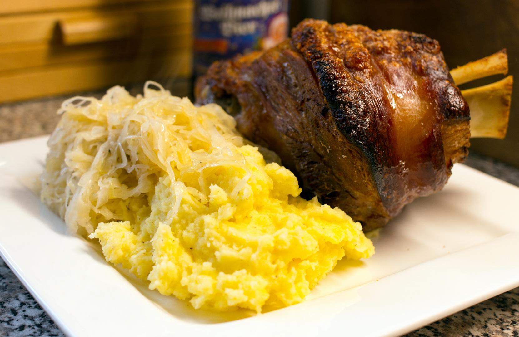 schweinshaxe mit sauerkraut und kartoffelstampf foto bild stillleben essen trinken. Black Bedroom Furniture Sets. Home Design Ideas