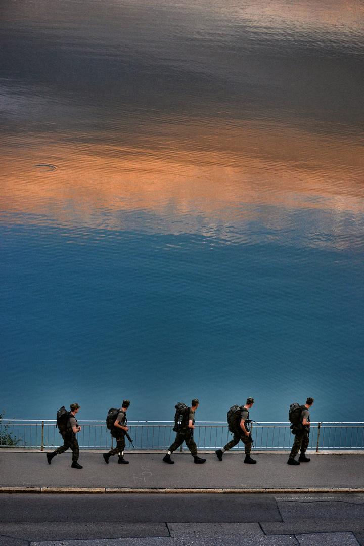 Schweizer Armeeangehörige entlang des Ägerisee