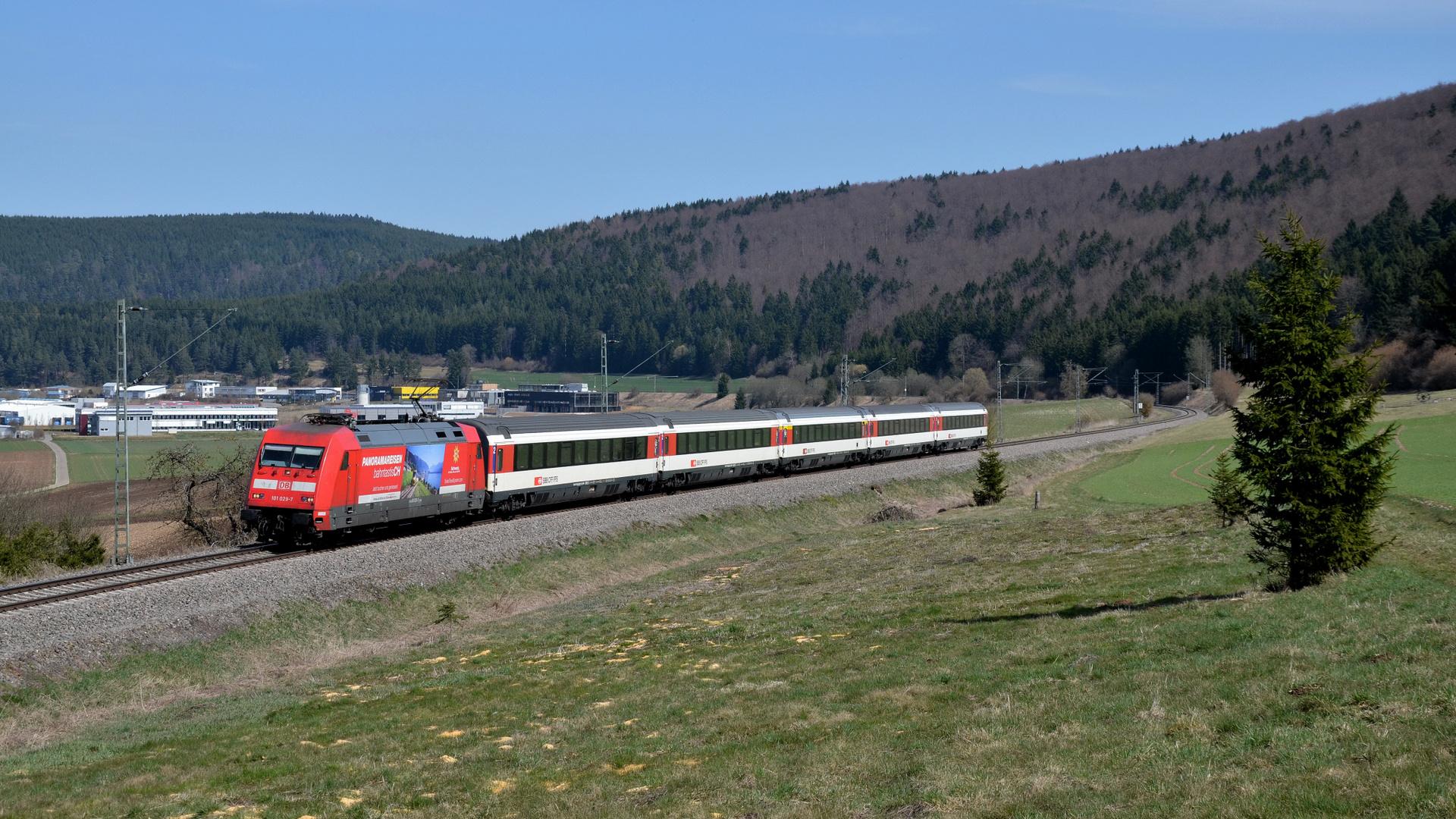 Schweizer Werbung vor SBB-Wagen