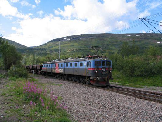 Schwere E-Lok vor Eisenerz-Zug (Schweden)