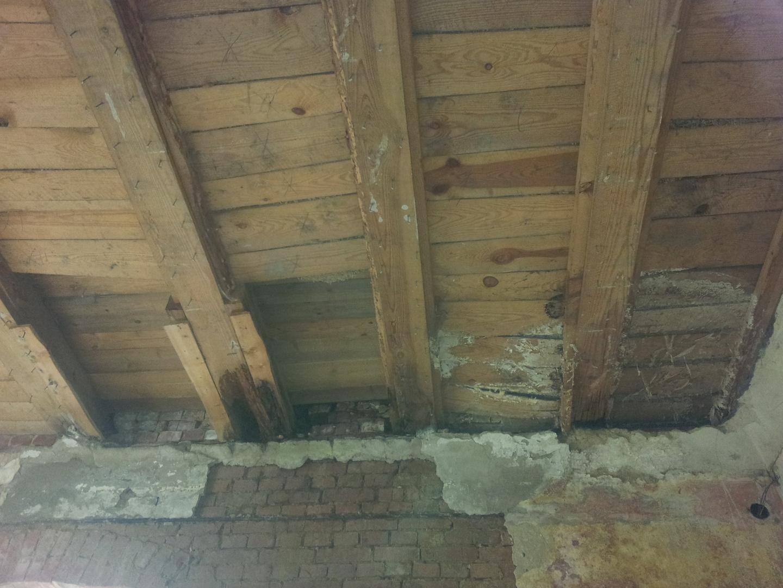Schwere Schäden Balkenköpfe Schloss / Herrenhaus Tützpatz