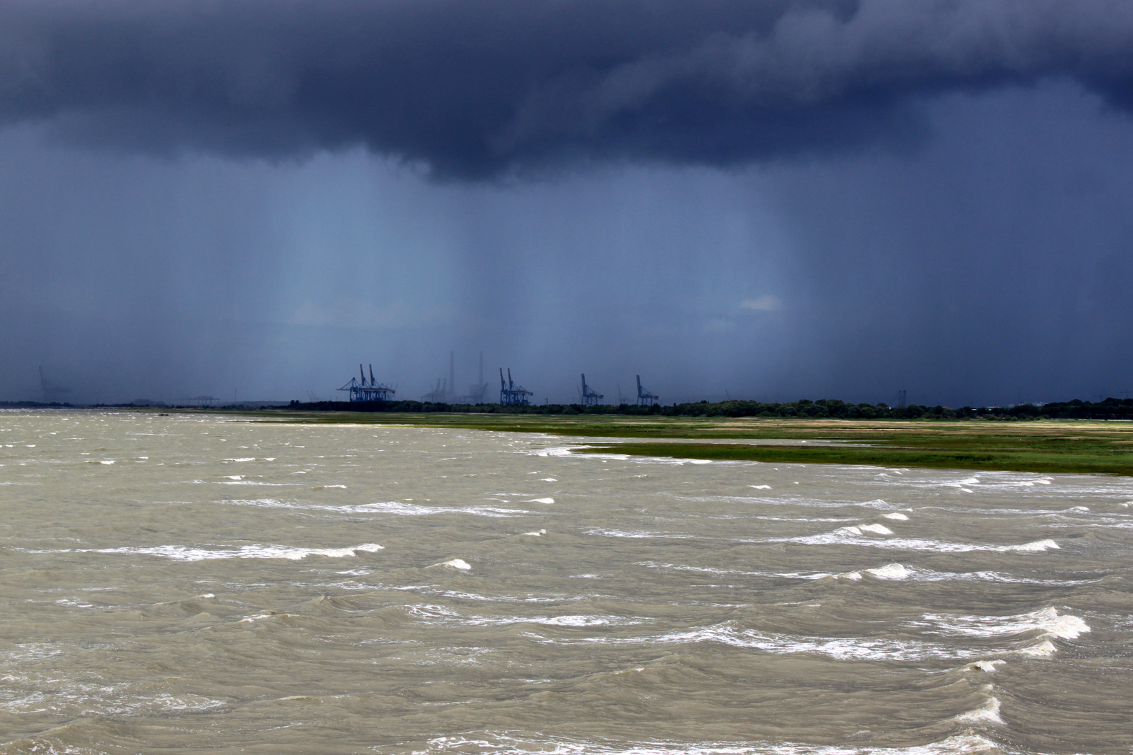 Schweres Wetter an der Seinemündung bei Le Havre, Frankreich