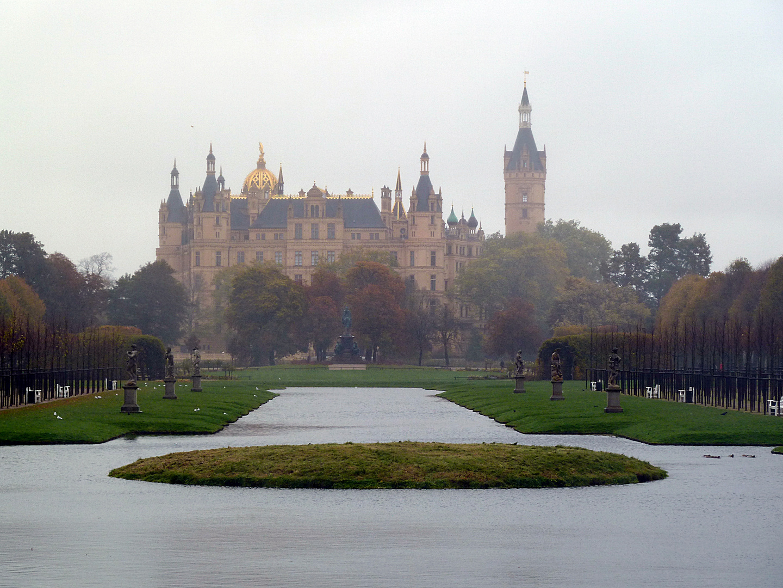 Schweriner Schloss im Nebel