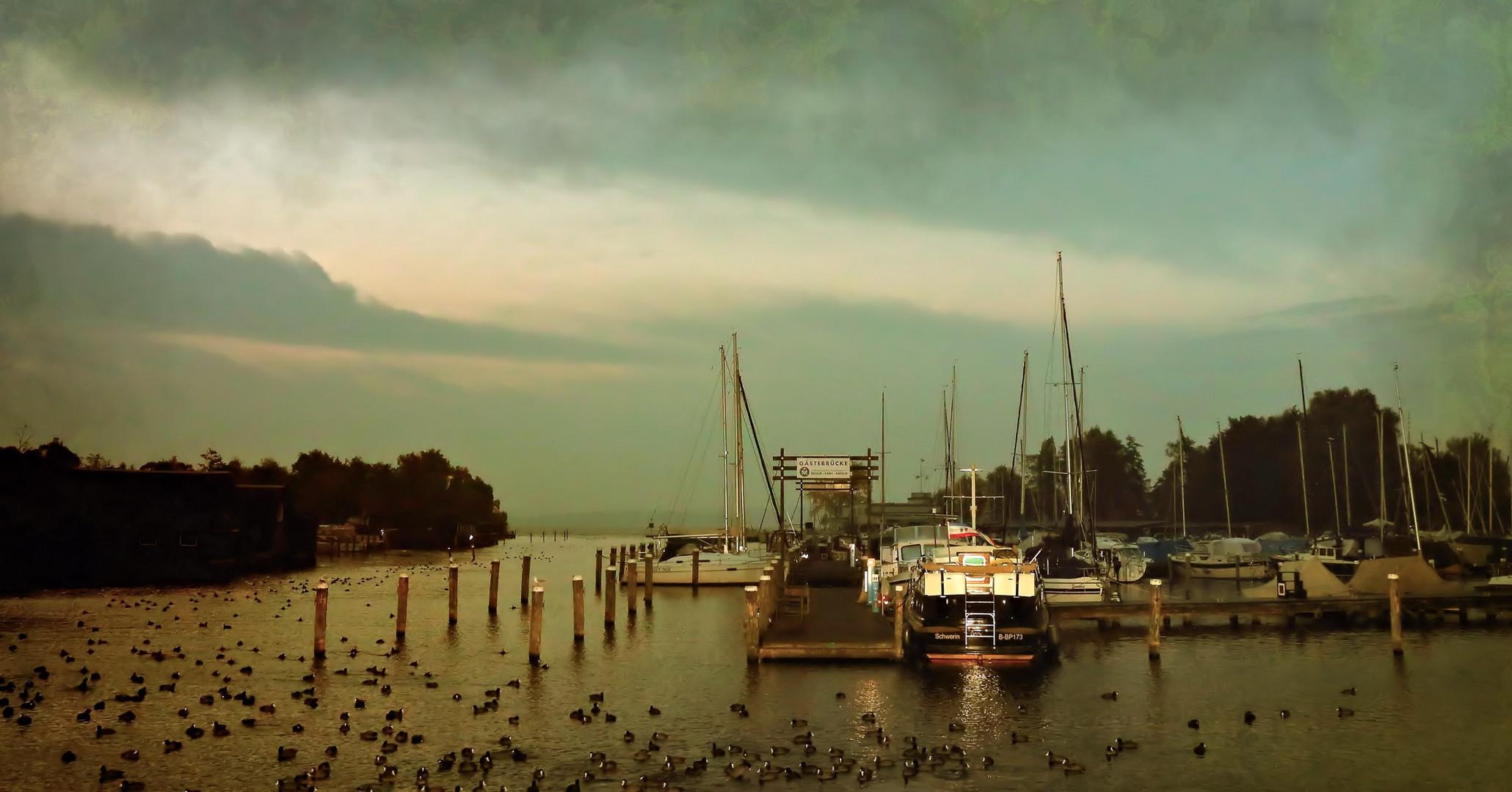 Schweriner Yachthafen am frühen Morgen