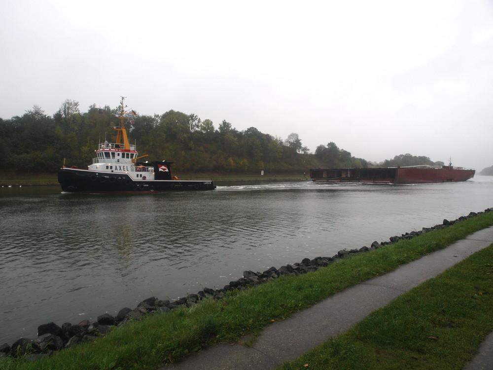 Schwertransport im Regen auf dem Nord-Ostsee-Kanal.